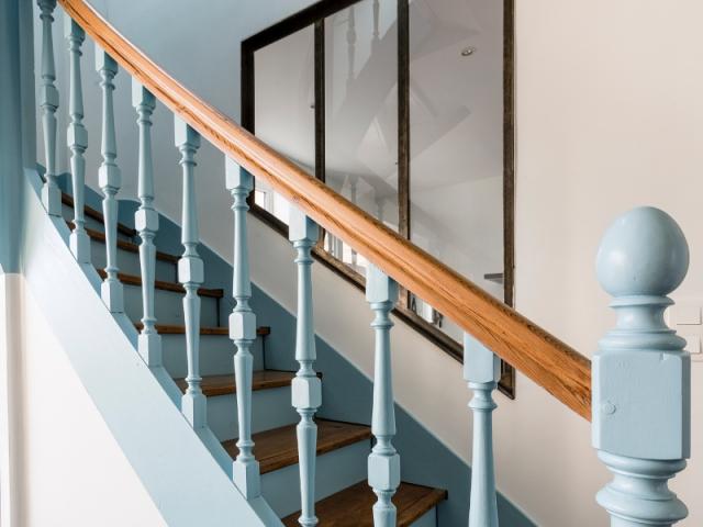 La verrière en trapèze suit l'escalier