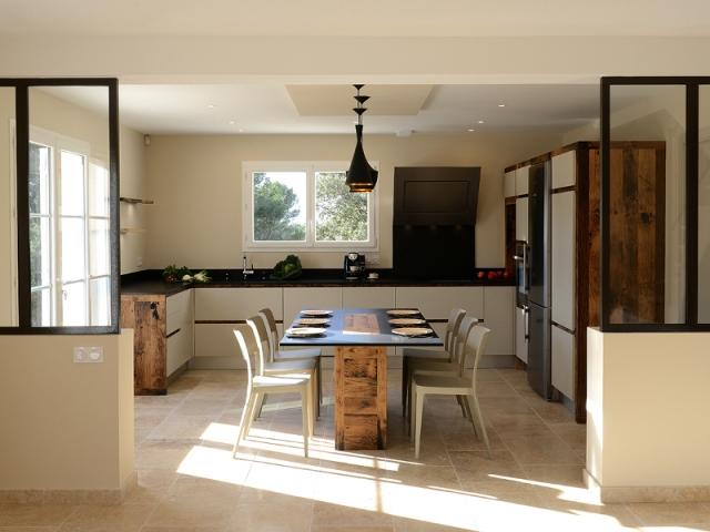La cuisine est structurée par deux verrières
