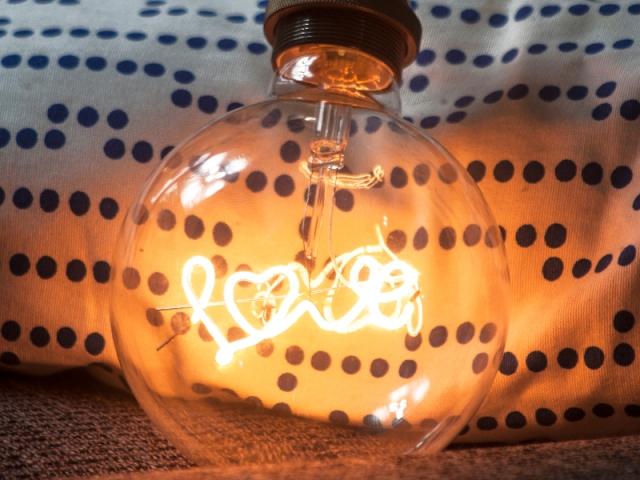 """L'autre ampoule dévoile l'inscription """"love"""""""