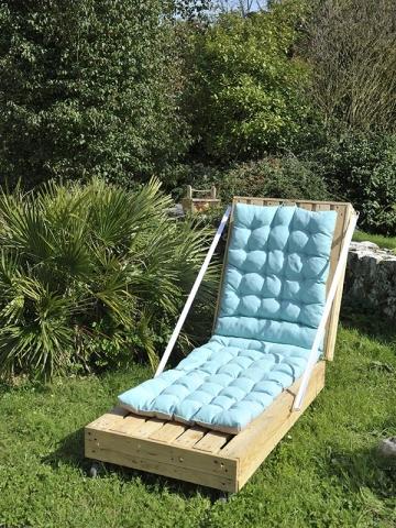 Une chaise bain de soleil fabriquée avec des palettes en bois