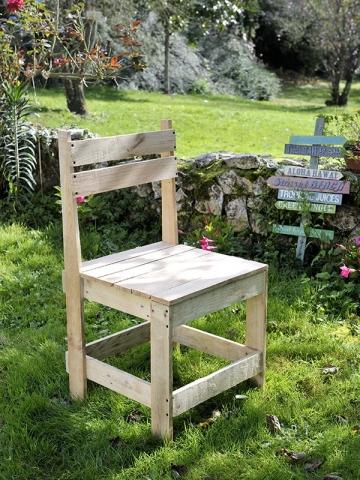 Une chaise de jardin fabriquée avec des palettes en bois