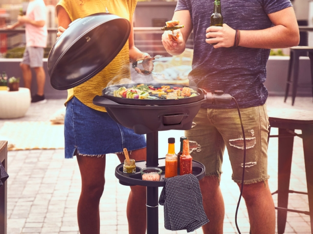 Un barbecue électrique sur pied et compact