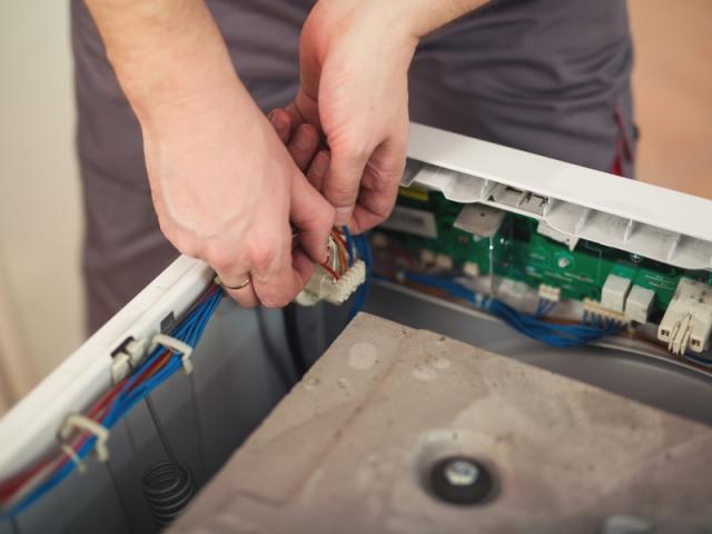 Une fois le couvercle dévissé, on découvre l'intérieur du lave-linge... et les nombreuses connexions