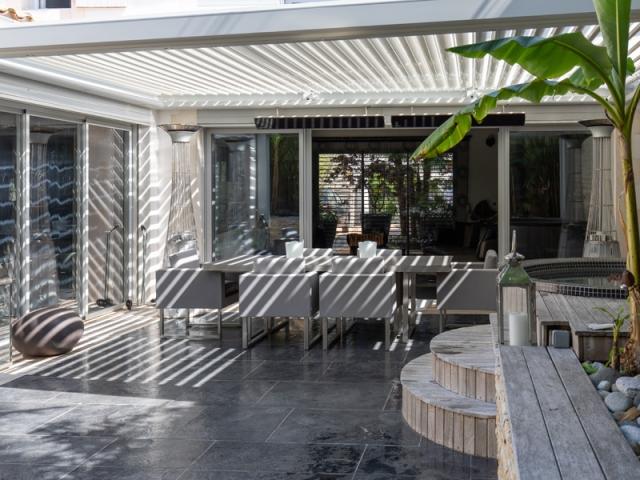 une pergola grand luxe la forme originale. Black Bedroom Furniture Sets. Home Design Ideas