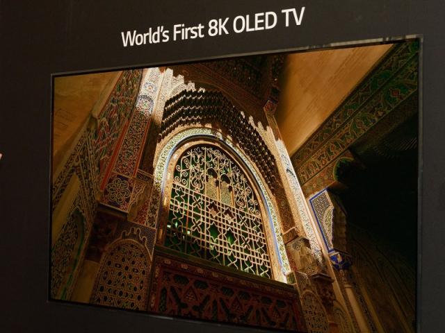 Téléviseur avec écran à technologie OLED 8K, présenté à l'IFA 2018 à Berlin