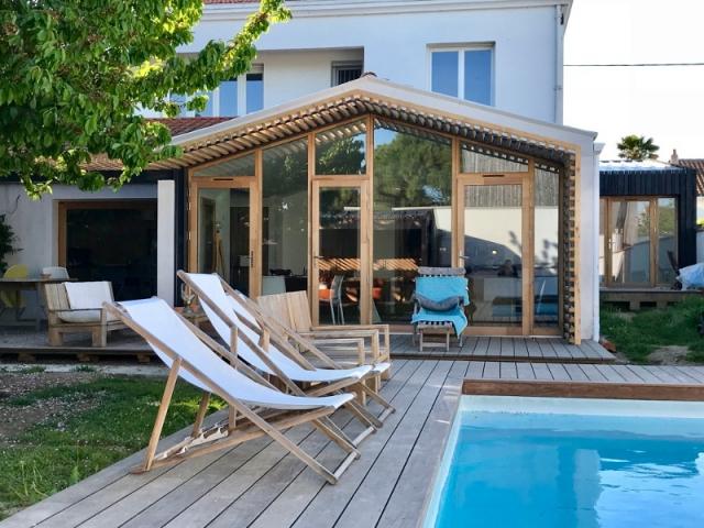 une fa ade transform e en baie vitr e pour ouvrir une maison. Black Bedroom Furniture Sets. Home Design Ideas