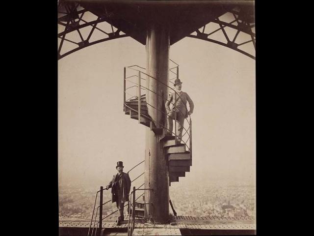 Gustave Eiffel et son gendre posant sur l'escalier de la Tour Eiffel