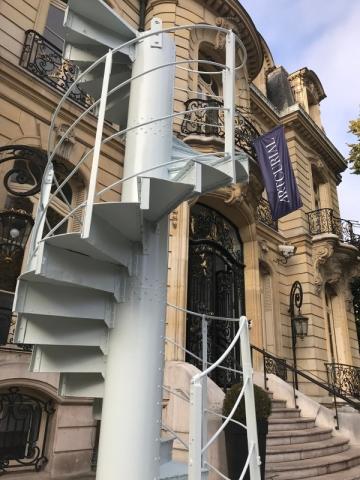 Mesurant plus de 4 mètres de haut, ce tronçon provient de l'escalier hélicoïdal d'origine, datant de 1889, qui reliait le 2e au 3e étage du monument