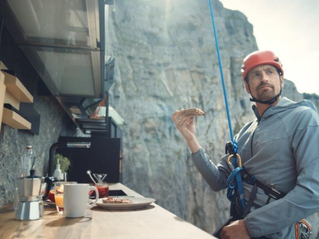 Kenton Cool dans sa cuisine suspendue au-dessus du vide