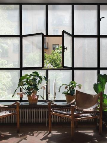 Le tissu autocollant ne se prend pas dans la fenêtre, contrairement aux voilages !