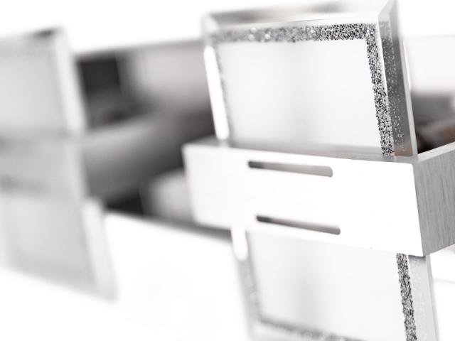 Une applique géométrique décorée de cristaux Swarovski, 69 €