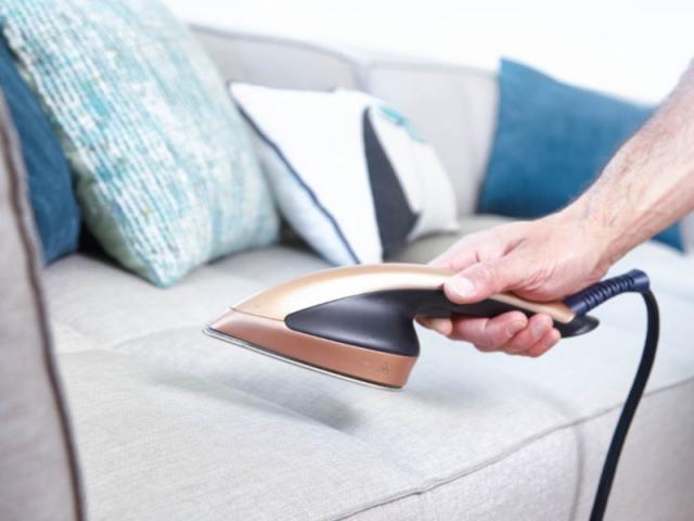 Un défroisseur vapeur vertical est une bonne solution pour assainir et rafraîchir le canapé