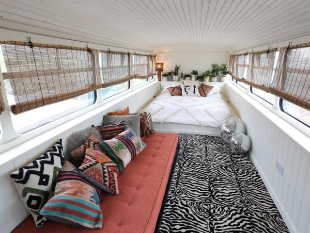 A l'étage, les voyageurs trouveront un grand lit, ainsi qu'une banquette pouvant accueillir une troisième personne.