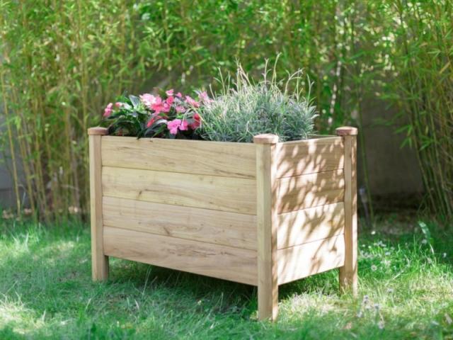 La jardinière basse Luciae existe en 5 dimensions différentes et il peut y être installé un réservoir d'eau.