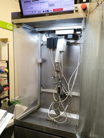 Au laboratoire performance, cette machine ouvre et ferme les robinets plus de 100.000 fois, soit l'équivalent d'une utilisation de près de 4 ans