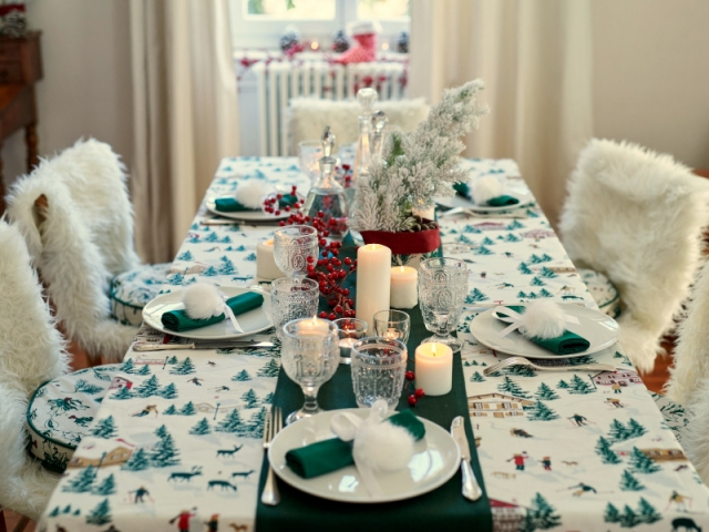 Décorer la table, mais aussi les chaises pour une jolie table de fêtes