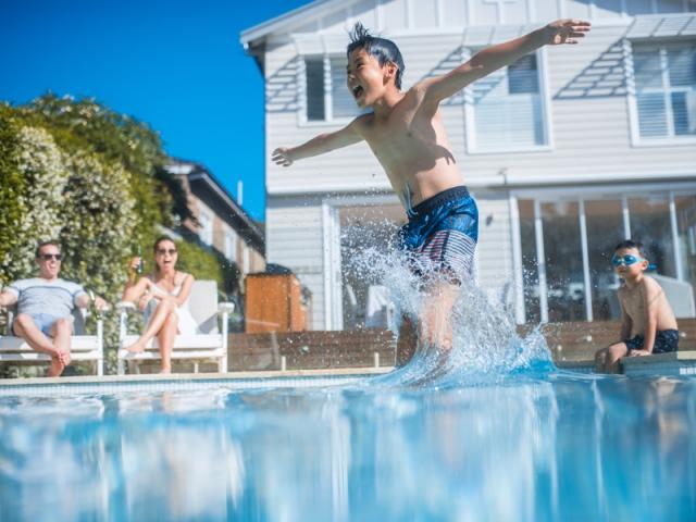Traiter l'eau de sa piscine avant de s'y baigner à nouveau