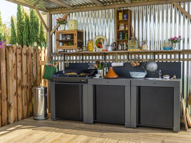 Une cuisine d'extérieur avec plancha XXL