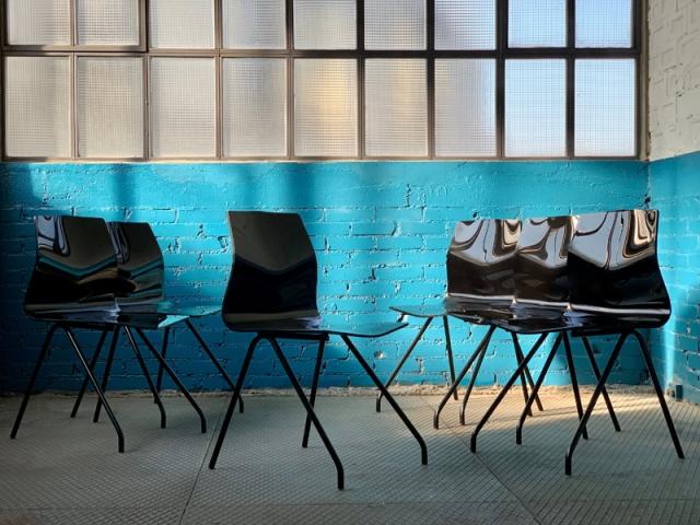 La série de 6 chaises Diamants de René-Jean Caillette, rééditée en série limitée en 2007 par Steiner