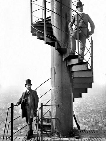Gustave Eiffel avec son gendre et collaborateur, M. Salles., en 1889