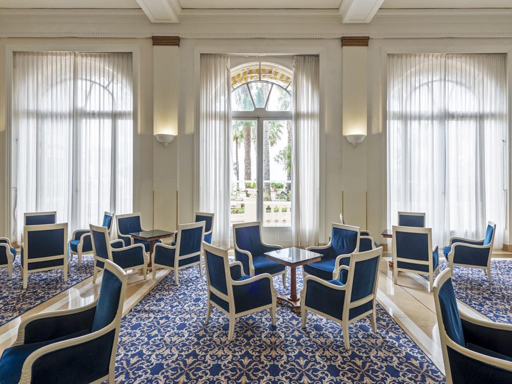 Les fauteuils bleus du Carlton Bar