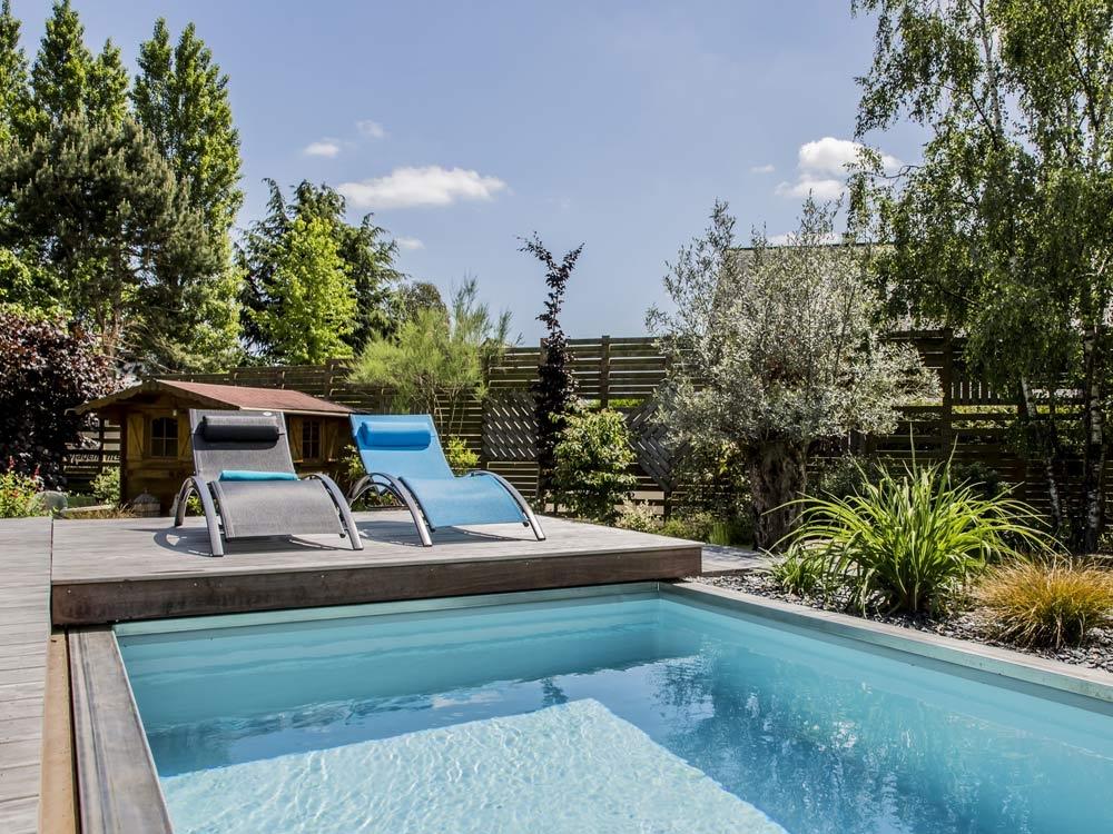 Piscine avec terrasse aménagée